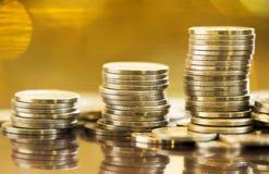 Złociste inwestycje - metal szlachetny oszczędzania, monety fotografia royalty free