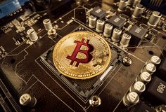Złociste kawałek monety BTC monety na płycie głównej Bitcoin jest worldwi Obrazy Royalty Free