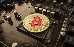 Złociste kawałek monety BTC monety na płycie głównej Bitcoin jest worldwi Fotografia Royalty Free