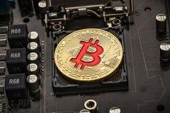 Złociste kawałek monety BTC monety na płycie głównej Bitcoin jest worldwi Obraz Royalty Free