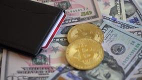 Złociste kawałek monety BTC monety, usa dolary z portflem i Kredytowa karta, zbiory