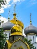 Złociste kopuły Rosyjski kościół Fotografia Stock