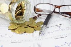 Złociste monety, pióro i szkła, - Biznesowy pojęcie fotografia royalty free
