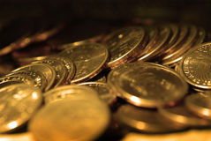 Złociste monety w stertach i stosy Reprezentuje bogactwo i bogactwa fotografia royalty free