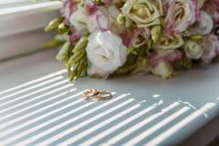 Złociste obrączki ślubne dla państwa młodzi Zdjęcie Royalty Free