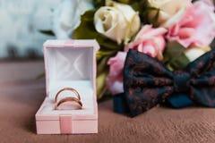 Złociste obrączki ślubne dla państwa młodzi Fotografia Stock