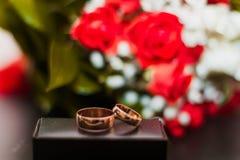 Złociste obrączki ślubne dla państwa młodzi Obraz Stock