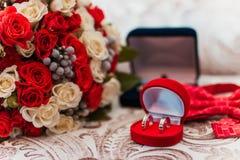Złociste obrączki ślubne dla państwa młodzi Obrazy Royalty Free