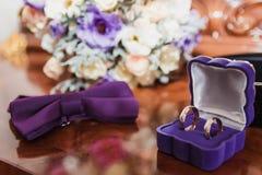 Złociste obrączki ślubne dla państwa młodzi Zdjęcie Stock