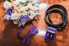 Złociste obrączki ślubne dla państwa młodzi Fotografia Royalty Free