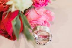 Złociste obrączki ślubne i rosees bukiet Jesieni ślubny zaproszenie Boczny widok, płaski układ zdjęcie stock