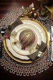 Złocistego kruszcowego tematu obiadowego stołu miejsca Bożenarodzeniowy formalny położenie - vertical. zdjęcia royalty free