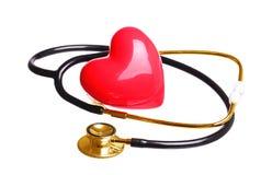 Złocistego stetoskopu czeka czerwony serce odizolowywający na bielu Zdjęcia Stock