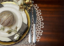 Złocistego tematu obiadowego stołu Bożenarodzeniowy położenie z kopii przestrzenią dla twój teksta tutaj. zdjęcie royalty free