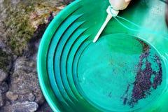 Złocistej bryłki kopalnictwo od rzeki zdjęcia stock