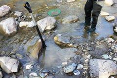 Złocistej bryłki kopalnictwo od rzeki fotografia royalty free
