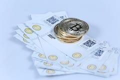 Złocisty Bitcoin i banknoty Fotografia Stock