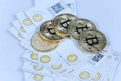 Złocisty Bitcoin i banknoty Zdjęcia Royalty Free