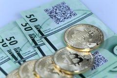 Złocisty Bitcoin i banknoty Fotografia Royalty Free