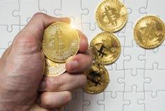 Złocisty bitcoin w mężczyzna ręce na wyrzynarki tle Obraz Royalty Free
