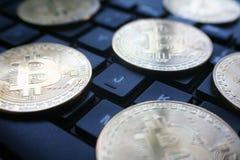 Złocisty Bitcoins Na Czarnym Komputerowej klawiatury zakończeniu Up Zdjęcia Royalty Free