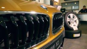 Złocisty 2018 x2 BMW kaloryferowy grille W handlowa salonie 08 10 2108 Lviv Ukraina zdjęcie wideo