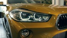 Złocisty BMW x2 2018 reflektor W handlowa salonie 08 10 2108 Lviv Ukraina zdjęcie wideo