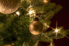 Złocisty boże narodzenie ornamentu obwieszenie na gałąź fotografia stock
