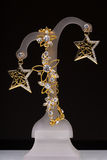 Złocisty breloczek i kolczyki w postaci gwiazd obraz stock