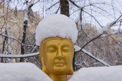 Złocisty Buddha zakrywający z śniegiem fotografia stock
