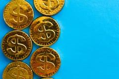 Złocisty dolar na błękitnym tle Pojęcie waluty Zdjęcia Stock