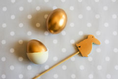 Złocisty Easter jajko i drewniany królik dekorujący, above Zdjęcie Royalty Free