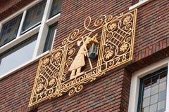 Złocisty emblemat na ceglanej zewnętrznej ścianie Coendershuis zdjęcie stock