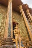 Złocisty Gigantyczny opiekun w Wata Phra Kaew świątyni fotografia royalty free