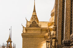 Złocisty Gigantyczny opiekun w Wata Phra Kaew świątyni obrazy royalty free