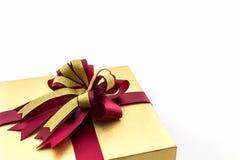 Złocisty i brown prezenta pudełko z tasiemkowym łękiem Zdjęcia Stock