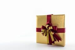 Złocisty i brown prezenta pudełko z tasiemkowym łękiem Fotografia Royalty Free