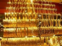 Złocisty jewellery sklep nad sklepami sprzedaje złocistą biżuterię przy sławnym zdjęcia stock