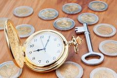 Złocisty kieszeniowy zegarek i klucze. Zdjęcia Royalty Free