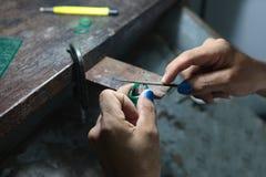 Złocisty kowal robi pierścionku woskowi pleśnieć, biżuterii robić Obrazy Royalty Free