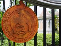 Złocisty logo Menniczy muzeum, Bangkok, na żelaza ogrodzeniu Obrazy Royalty Free