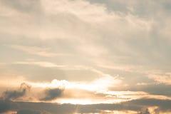 Złocisty nieba tło z biały chmurnym, zmierzch w wieczór obrazy stock