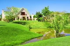 Złocisty nieruchomość dom za jeziorem Zdjęcia Stock