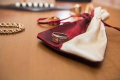 Złocisty pierścionek, bransoletki skrzynka i gitara akustyczna w tle, Fotografia Royalty Free