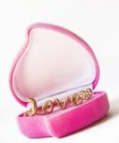 Złocisty pierścionek w pudełkowatym sercu Zdjęcie Stock