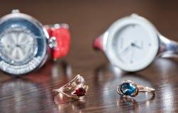 Złocisty pierścionek z garnet i Topazowy kłamstwo na tle elegancki w Fotografia Stock