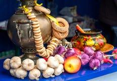Złocisty samowar z bagels składem zdjęcie royalty free