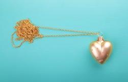 Złocisty serce z złoto łańcuchem Zdjęcia Royalty Free