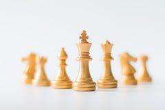 Złocisty szachy na szachowej grą planszowa dla biznesowy metafory przywódctwo obrazy stock