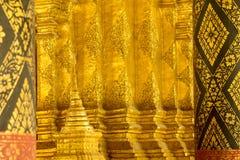 Złocisty tło w tajlandzkiej świątynnej sztuce zdjęcia royalty free